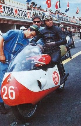 Liberati prima della partenza col casco tricolore di Campione d'Italia, un caso chem anni dopo, verrà ripreso da Giacomo Agostini