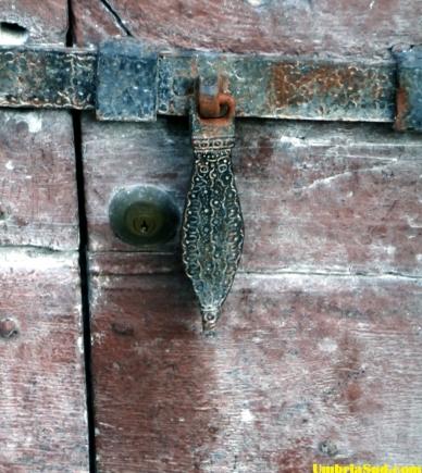 Valnerina, il catenaccio di una chiesa