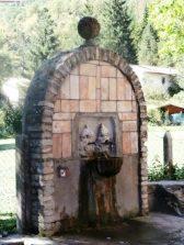 Villa Sant'Antonio, una fontana di costruzione recente, ingloba i resti storici di una antica fonte