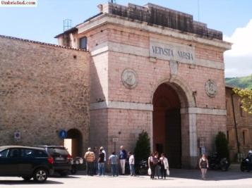 Norcia: porta Romana prima del terremoto 2016
